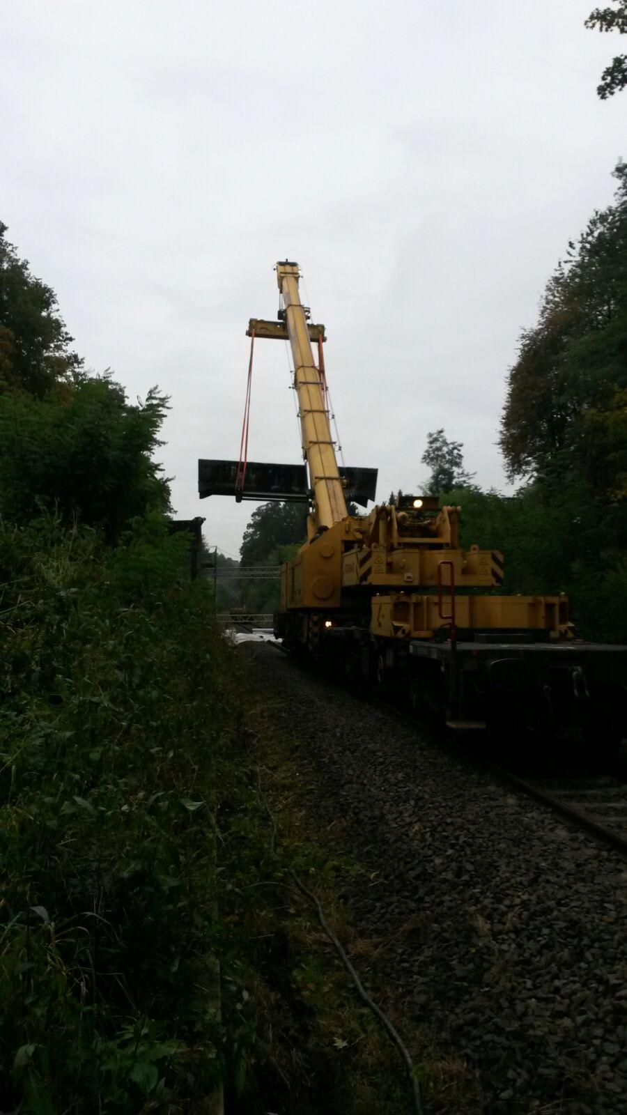 Rückbau einer Fussgaengerbruecke über Bahngleisen