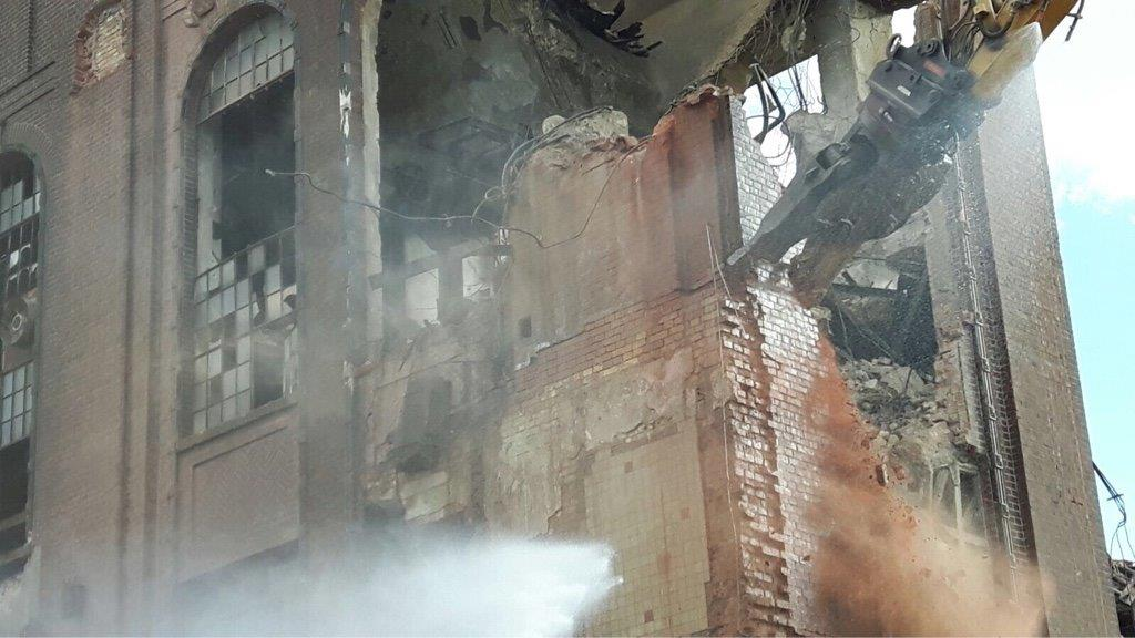 Kombischere in Aktion beim Abbruch Heizhaus Keksfabrik Wikana