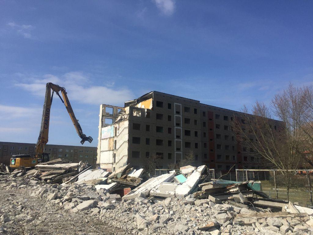 Abriss montierter Wohngebäude mit Longfrontbagger