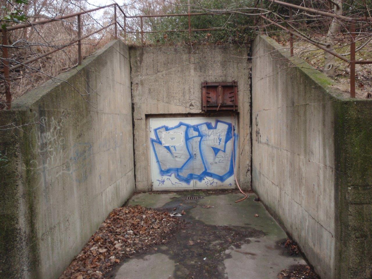 Grosser Eingang des Bunkers hinter der Ringbebauung in Leipzig