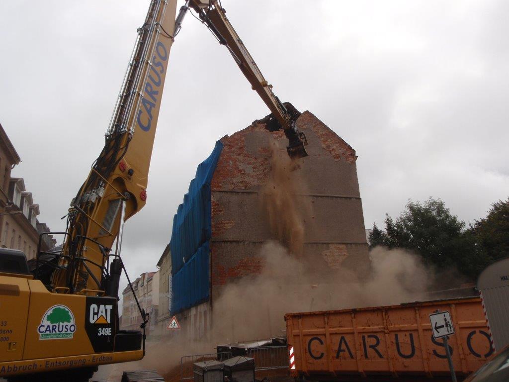 Akut einsturzgefährdetes Haus aus Sicherheitsgründen fachgerecht abgerissen