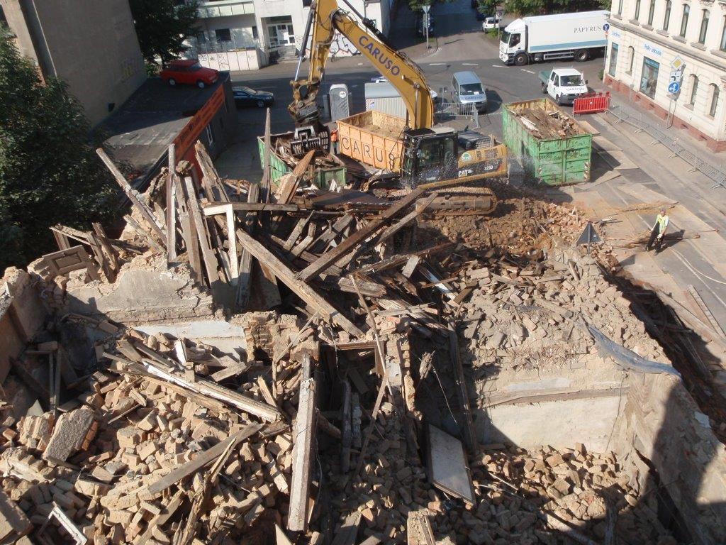 Gefährliche Fassadenteile landeten im Hofbereich des angrenzenden Grundstücks
