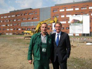 Stefan Hartmann, Baggerfahrer der Firma Caruso Umweltservice beim Fototermin mit dem Oberbürgermeister der Stadt Leipzig Burkhard Jung