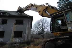 Abbruch von Gebäuden auf dem ehemaligen russischen Militärflughafen Waldpolenz