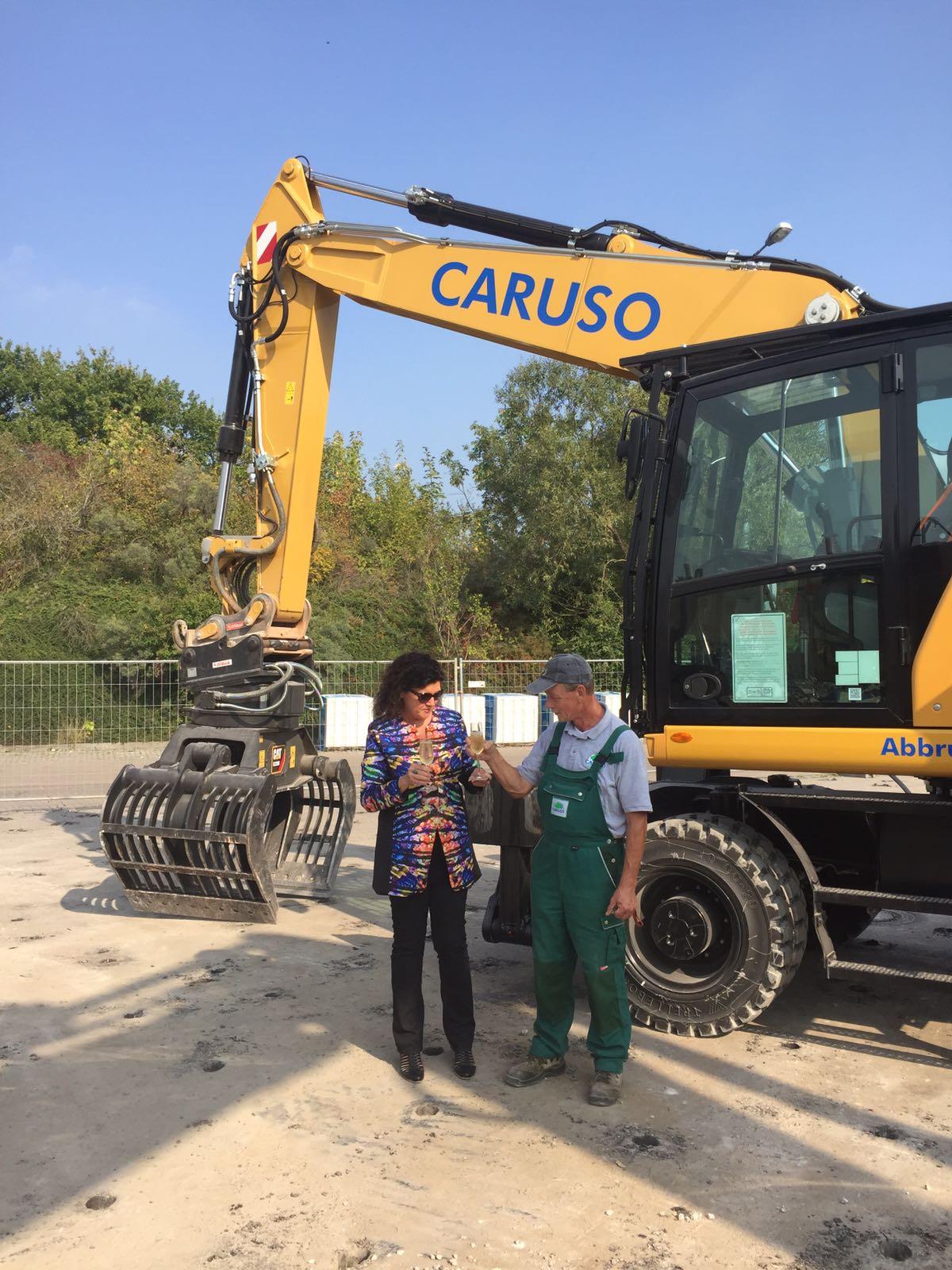 Geschäftsführerin Dagmar Caruso vor dem neuen Mobilbagger CAT M320F