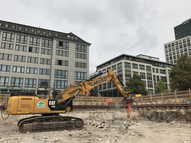 Meterdicke Bodenplatte von ehemaligen Bürohaus wird abgetragen