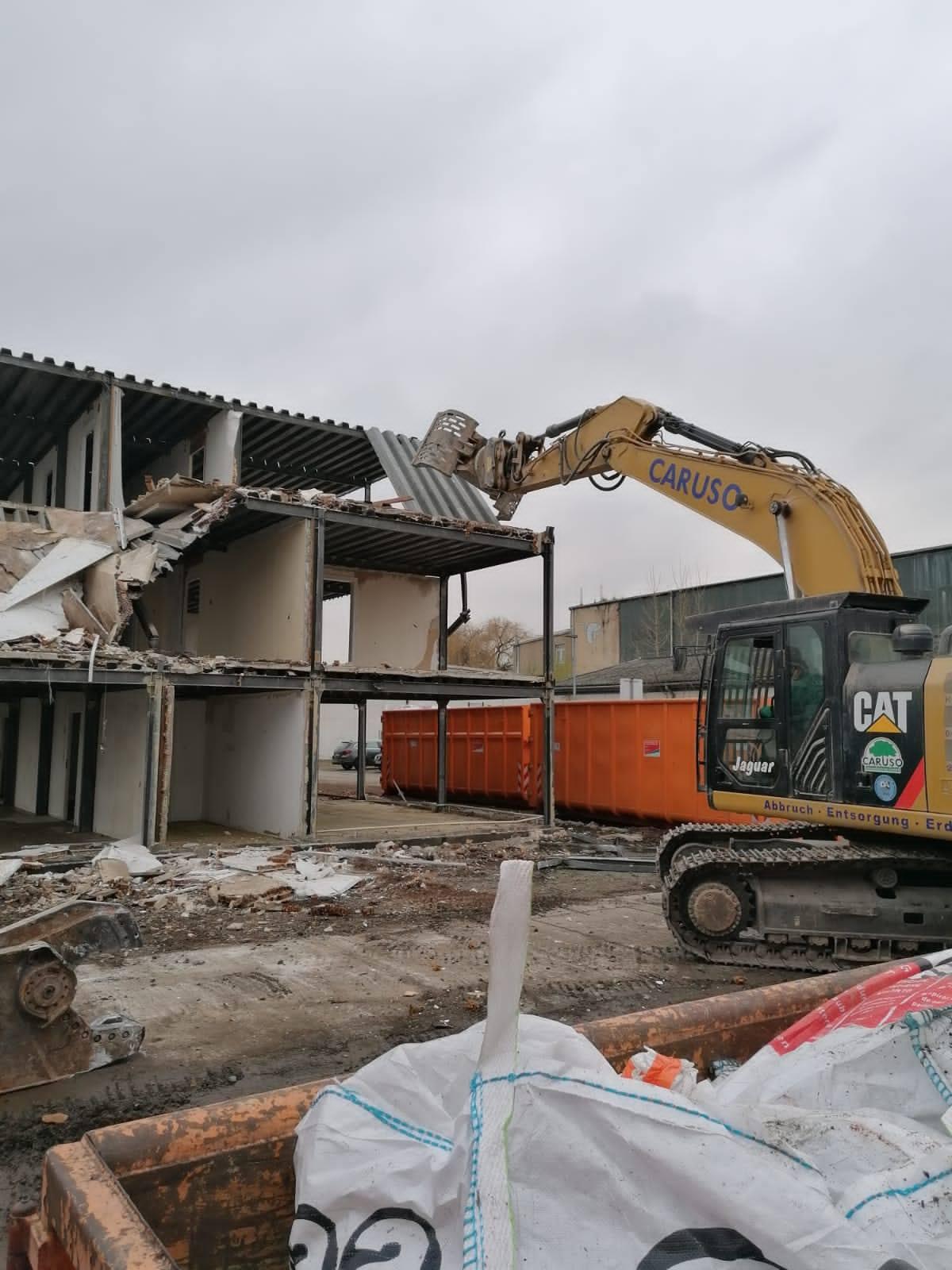 Rückbaubeginn ehemaliges Verwaltungsgebäudes in Halle (Saale)