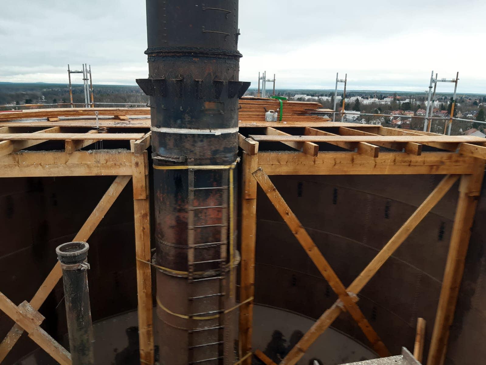 Rückbau eines historischen Wasserturms in Berlin Altglienicke